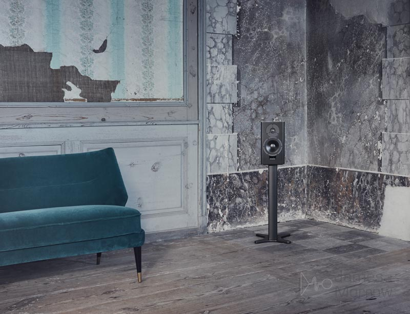dynaudio xeo 20 black in room lifestyle image