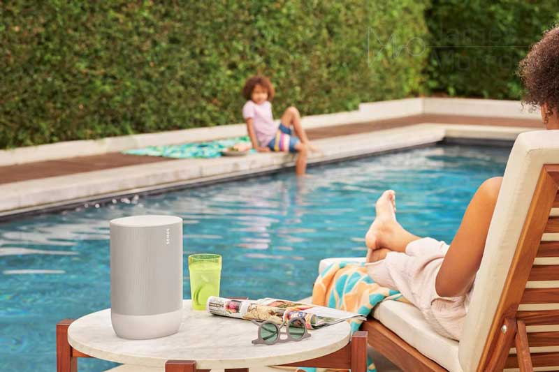 Sonos Move White lifestyle image outside by pool